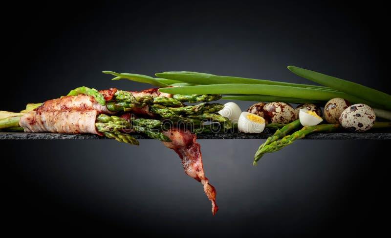 Zielony asparagus zawijaj?cy w bekonie obraz royalty free