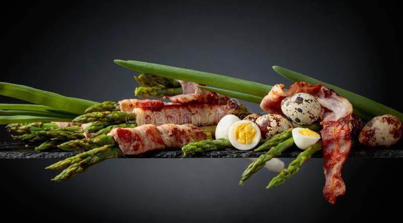 Zielony asparagus zawijaj?cy w bekonie zdjęcia stock