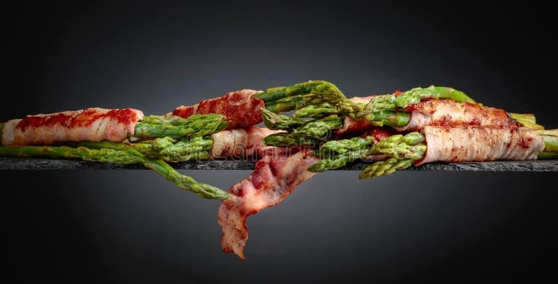 Zielony asparagus zawijaj?cy w bekonie obrazy royalty free