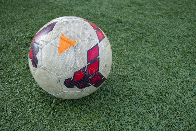 Zielony astroturf z białym kolorowym piłki nożnej piłki europejczyka futbolem zdjęcia stock