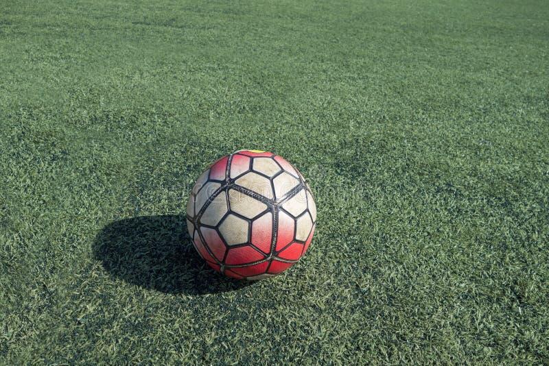 Zielony astroturf z białym kolorowym piłki nożnej piłki europejczyka futbolem obraz royalty free
