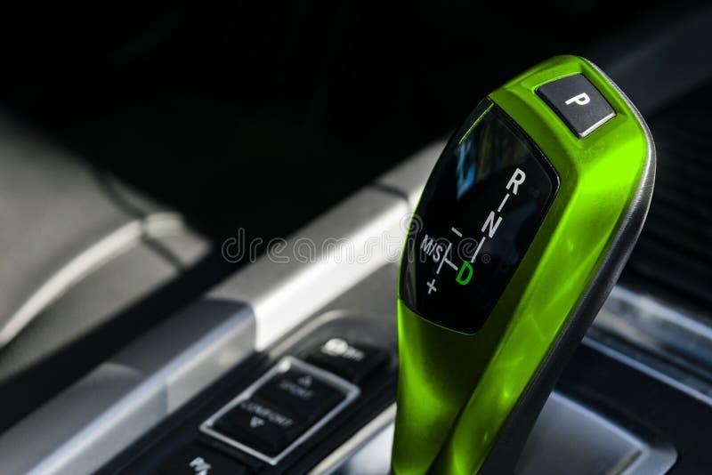 Zielony Automatyczny przekładnia kij nowożytny samochód nowożytni samochodowi wnętrze szczegóły Zamyka w górę widok Samochodowy w zdjęcie royalty free