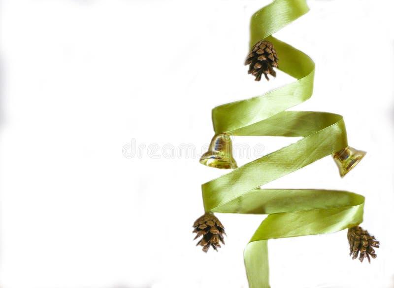 Zielony błyskotliwość faborek w kształcie choinka na białym tle Copyspace dla teksta, gratulacje, zaproszenie zdjęcie royalty free