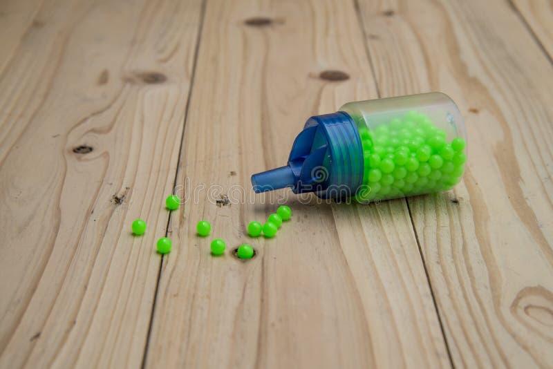 Zielony balowy pociska bb pistolet na drewnianym stole zdjęcie stock