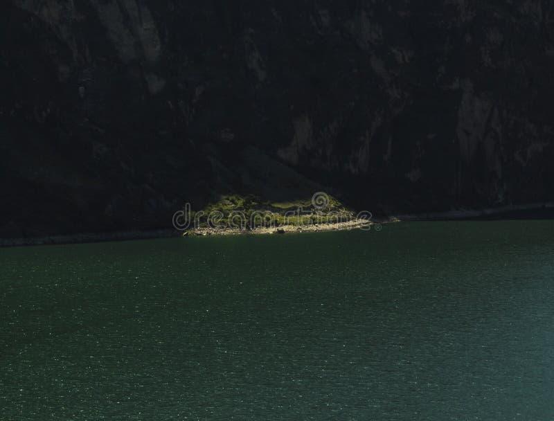 Zielony brzeg przy turkusowym jeziorem zdjęcia stock