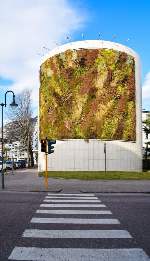Zielony budynek z roślinami r na fasadzie Ekologii i zieleni utrzymanie w mieście, miastowego środowiska pojęcie Park w niebie, D zdjęcie royalty free