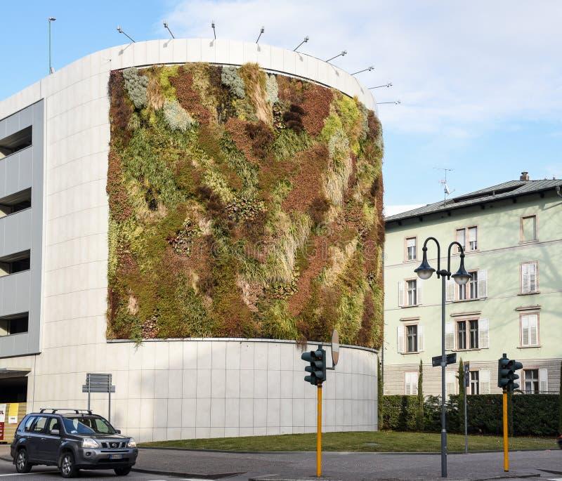 Zielony budynek z roślinami r na fasadzie Ekologii i zieleni utrzymanie w mieście, miastowego środowiska pojęcie Park w niebie, D obraz royalty free