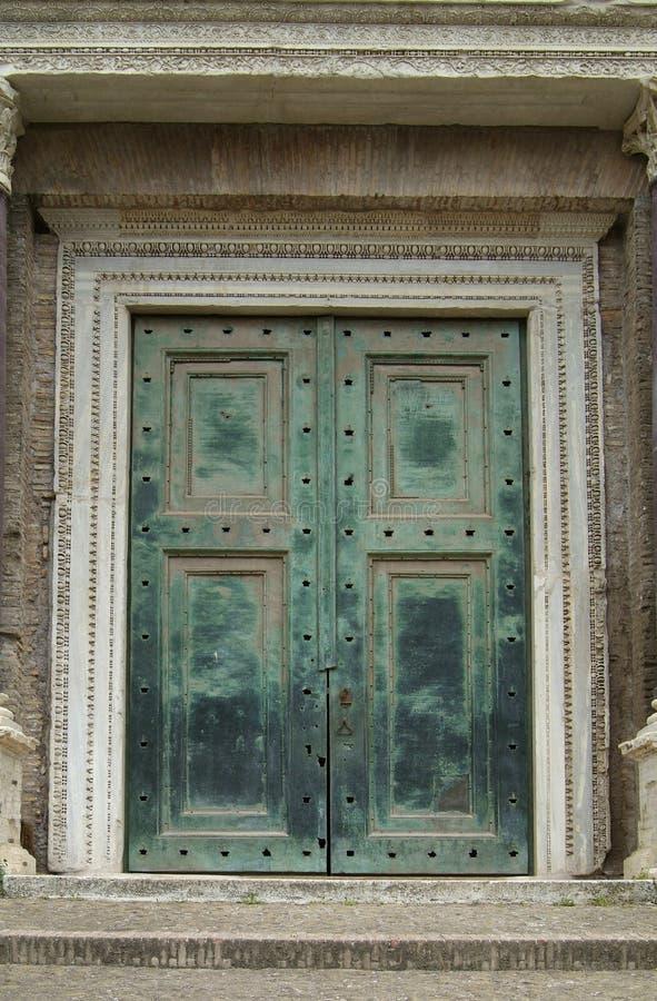 zielony ciężkie drzwi Rzymu zdjęcia royalty free