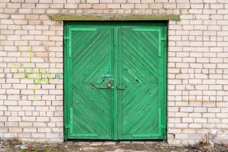 Zielony drewniany garażu drzwi zdjęcia stock