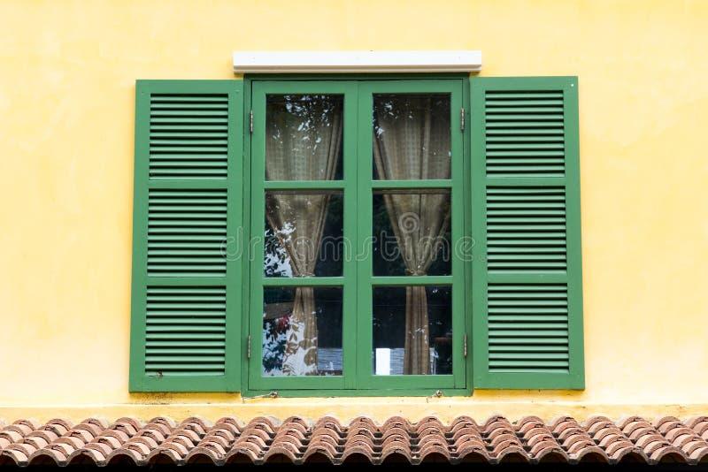 Zielony drewniany okno zdjęcie royalty free