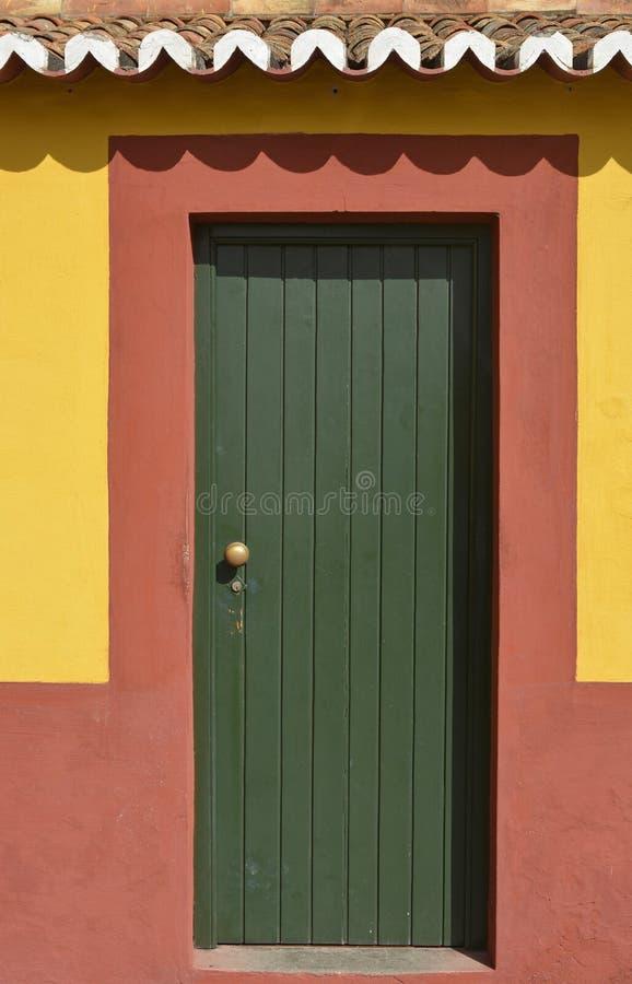 Zielony drzwi w czerwieni ścianie funchal Madeira obraz royalty free