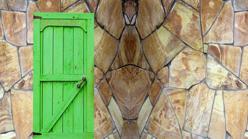 Zielony drzwi w kamienia kasztelu ścianie obraz royalty free