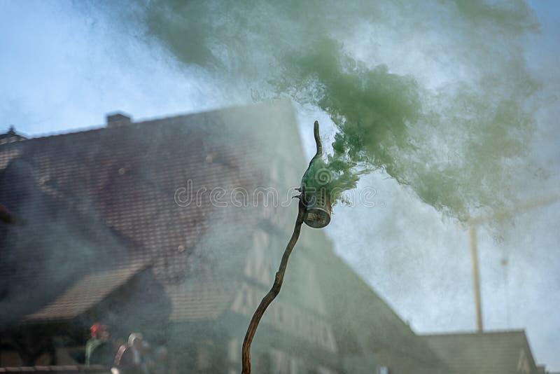 Zielony dym przy karnawałowym wydarzeniem zdjęcie stock