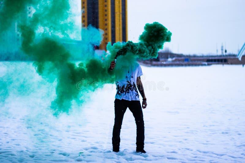 Zielony dym w zimie zdjęcia royalty free