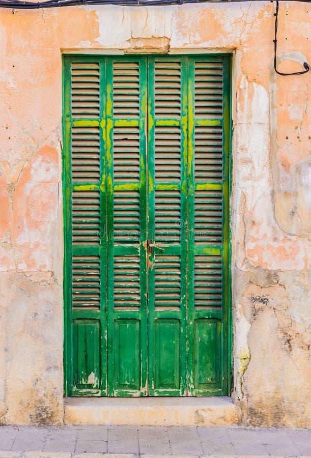 Zielony dzwi wejściowy stary dom w Hiszpania obrazy stock