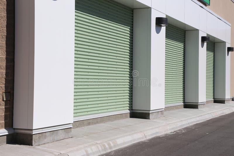 Zielony garażu drzwi fotografia royalty free