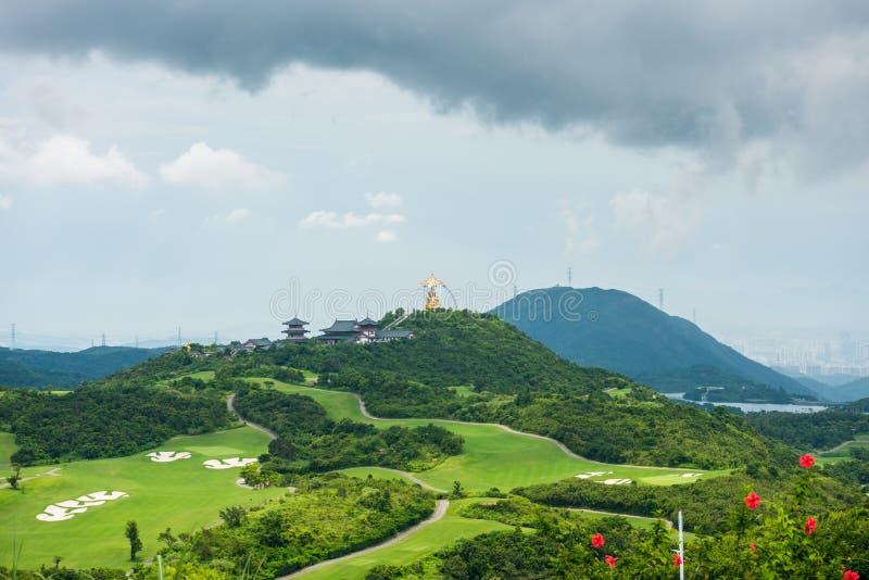 Zielony golf i Daxing Buddyjska świątynia w dolinie i górach tło w Shenzhen Overseas China East OCT obraz stock
