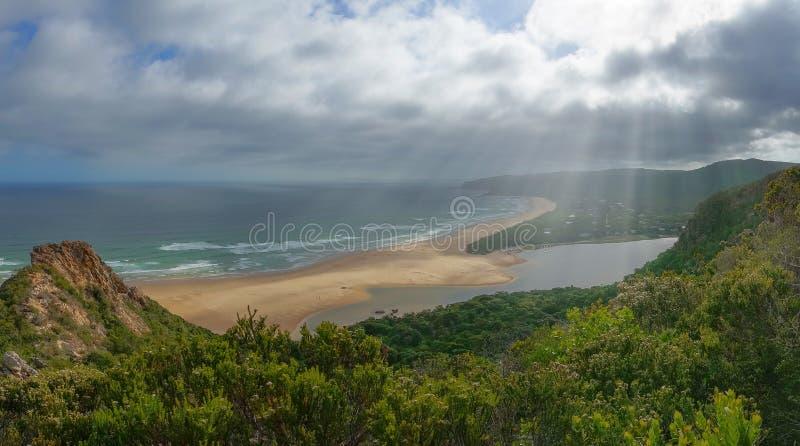 Zielony halny lasu i oceanu natury plażowy krajobraz obrazy stock