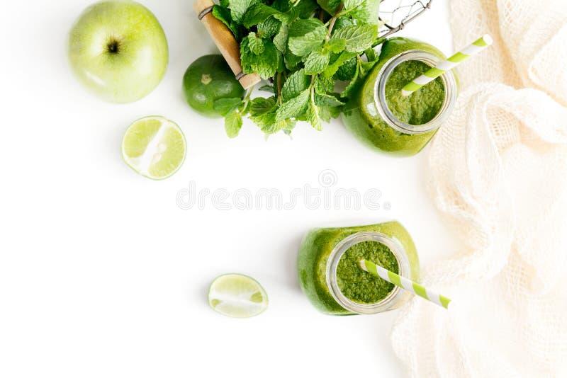 Zielony healty napój w kamieniarza słoju z zielonym jabłkiem, mennicą i wapnem na białym tle, Jarski karmowy pojęcie detoxificati zdjęcie stock