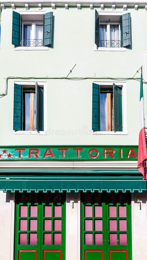 Zielony i Czerwony Trattoria w Burano zdjęcie stock