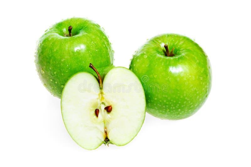 Zielony jabłczany cały i połówka odizolowywający obraz stock