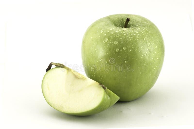 Zielony jabłko i plasterek jabłko na białym tle zdjęcie royalty free