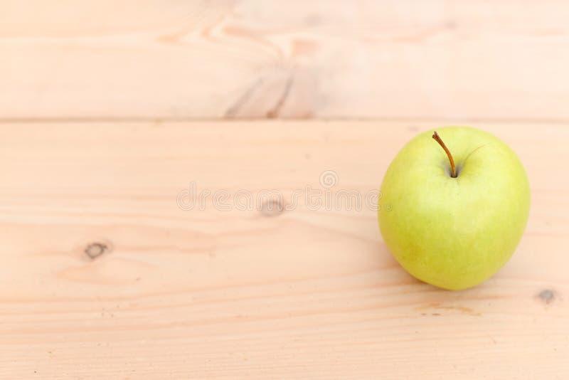 zielony jabłko na starym drewnianym wieśniaka stole Pożytecznie owoc na drewnianym tle Odgórny widok jabłczana pojęcia zdrowie mi obraz royalty free