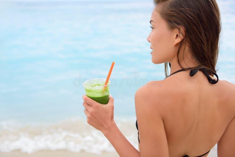 Zielony jarzynowy smoothie - kobieta pije detox fotografia royalty free