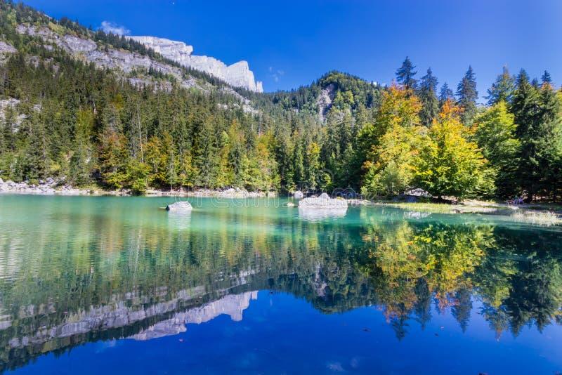 Zielony jezioro od Francuskich Alps fotografia royalty free