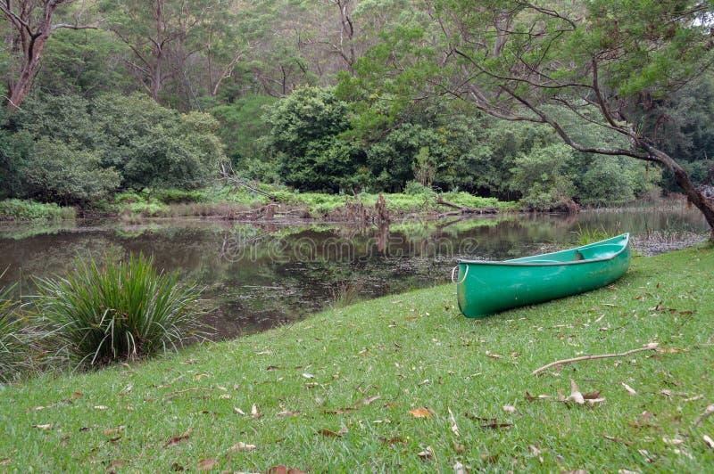 Zielony kajak, kajakowa ??d? blisko rzeki w lesie zdjęcie stock