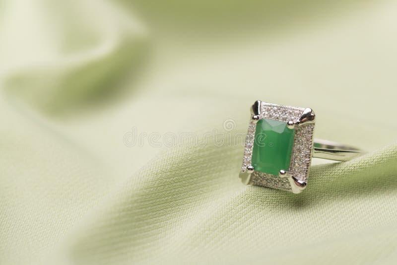 Zielony kamienia pierścionek obraz stock