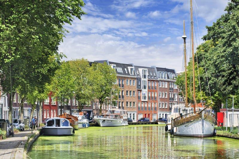 Zielony kanał z jachtami i budynkami mieszkaniowymi, Gouda, holandie zdjęcia royalty free