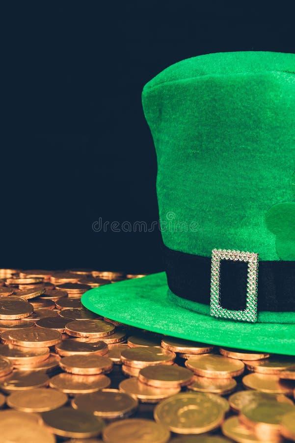 zielony kapelusz na błyszczeć złote monety obrazy stock