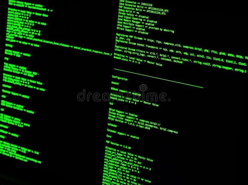 Zielony kod w nakazowym kreskowym interfejsie na czarnym tle UNIXOWA jubel skorupa royalty ilustracja