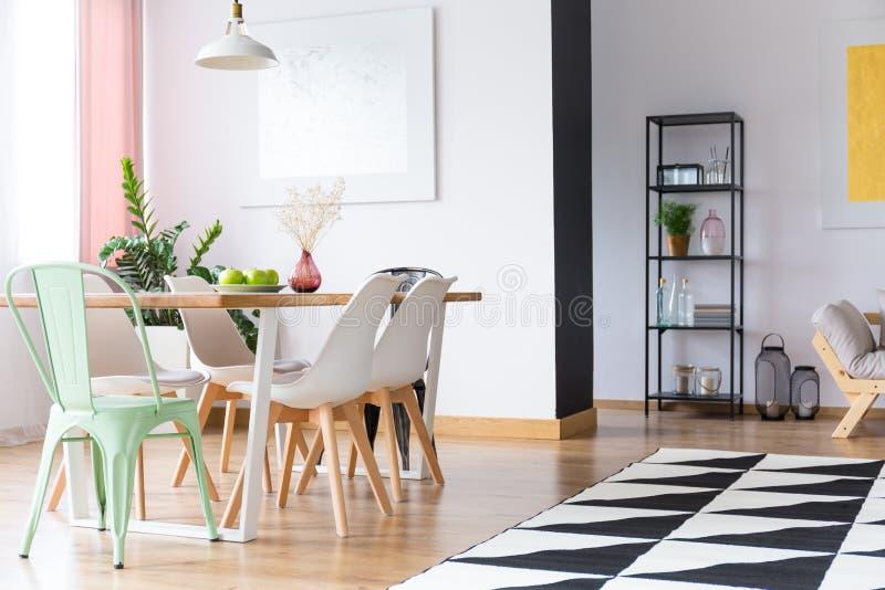 Zielony krzesło w mieszkaniu fotografia royalty free