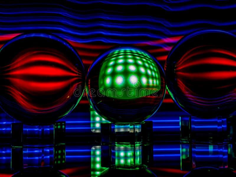 Zielony kwadrat z Wichrowatym czerwonym światłem Odbija w Lensballs obraz stock