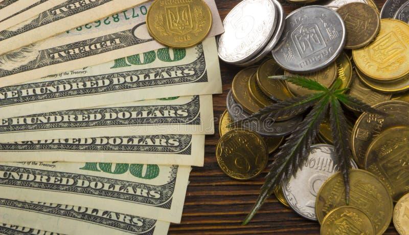 Zielony liść marihuana, marihuana, Ganja, konopie na Bill 100 USA dolarów pojęcia prowadzenia domu posiadanie klucza złoty sięgaj obrazy royalty free