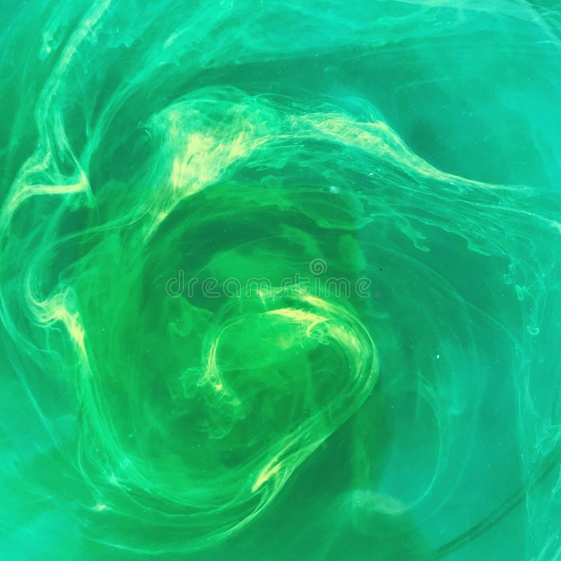 Zielony magiczny napój miłosny rozproszeni kolory zdjęcia stock