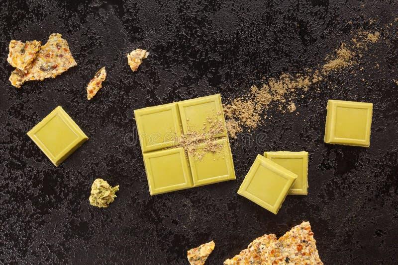 Zielony marihuany czekolady blok z marihuana krakersem i pączkiem zdjęcie royalty free