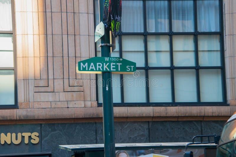Zielony Market Street znak na zielonym słupie z wielkim tafli okno na starym budynku biurowym w tle zdjęcie royalty free