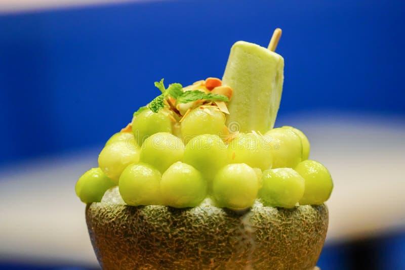 zielony melonowej piłki kształt układa na bingsu zdjęcie stock