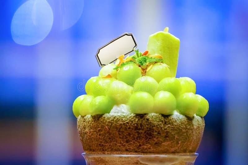 zielony melonowej pi?ki kszta?t uk?ada na wierzcho?ku bingsu i dekoruje z zielonej herbaty mennic? i lody (korea?ski lody styl) fotografia stock