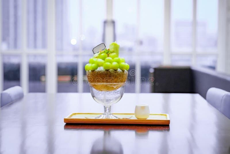 zielony melonowej pi?ki kszta?t uk?ada na wierzcho?ku bingsu i dekoruje z zielonej herbaty mennic? i lody (korea?ski lody styl) obrazy royalty free