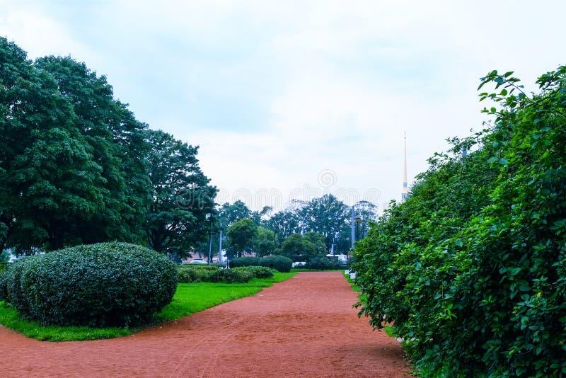 Zielony miasto park miasto park z starannymi chodzącymi ścieżkami dla wczasowiczek obrazy royalty free