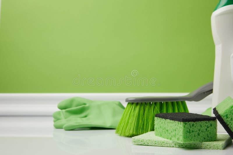 zielony muśnięcie i płuczkowe gąbki fotografia stock
