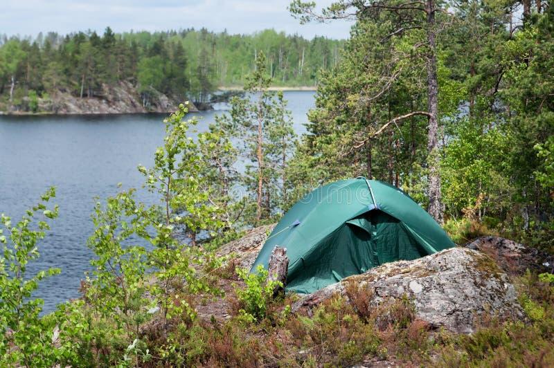 Zielony namiot w lesie, obozuje Turystyka, styl życia, aktywność Natura zdjęcie stock
