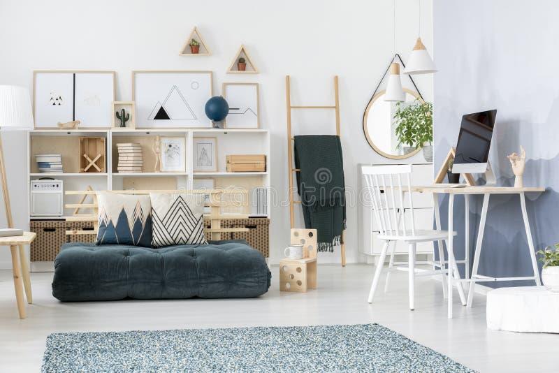 Zielony nastolatka ` s pokoju wnętrze zdjęcie stock