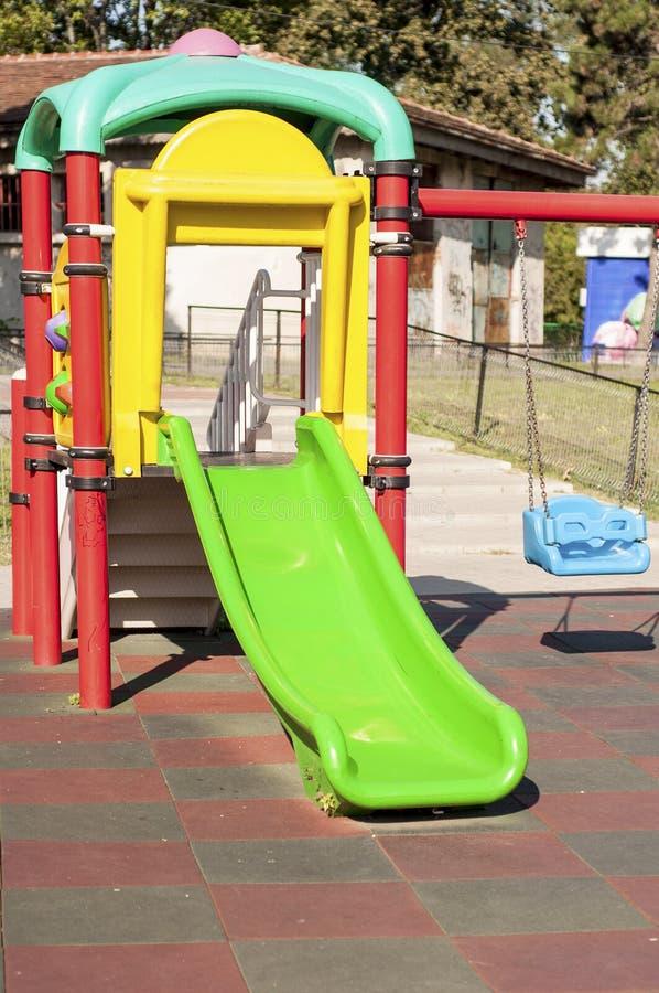 Zielony obruszenie i błękit huśtamy się w parku fotografia stock