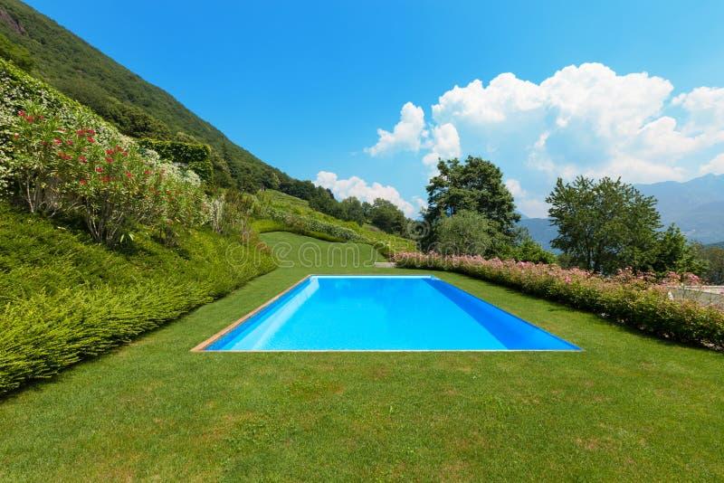 Zielony ogród z basenem zdjęcie stock