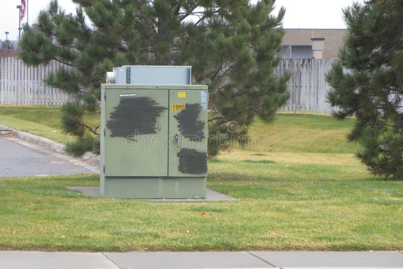 Zielony oszczędnościowy pudełko z krzyżujący za graffiti obrazy royalty free